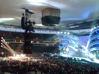 Stones fahren auch mal mit einem Teil der Bühne durchs Stadion