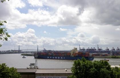 Obligatorisches Hafen/Schiff/Elbe Foto