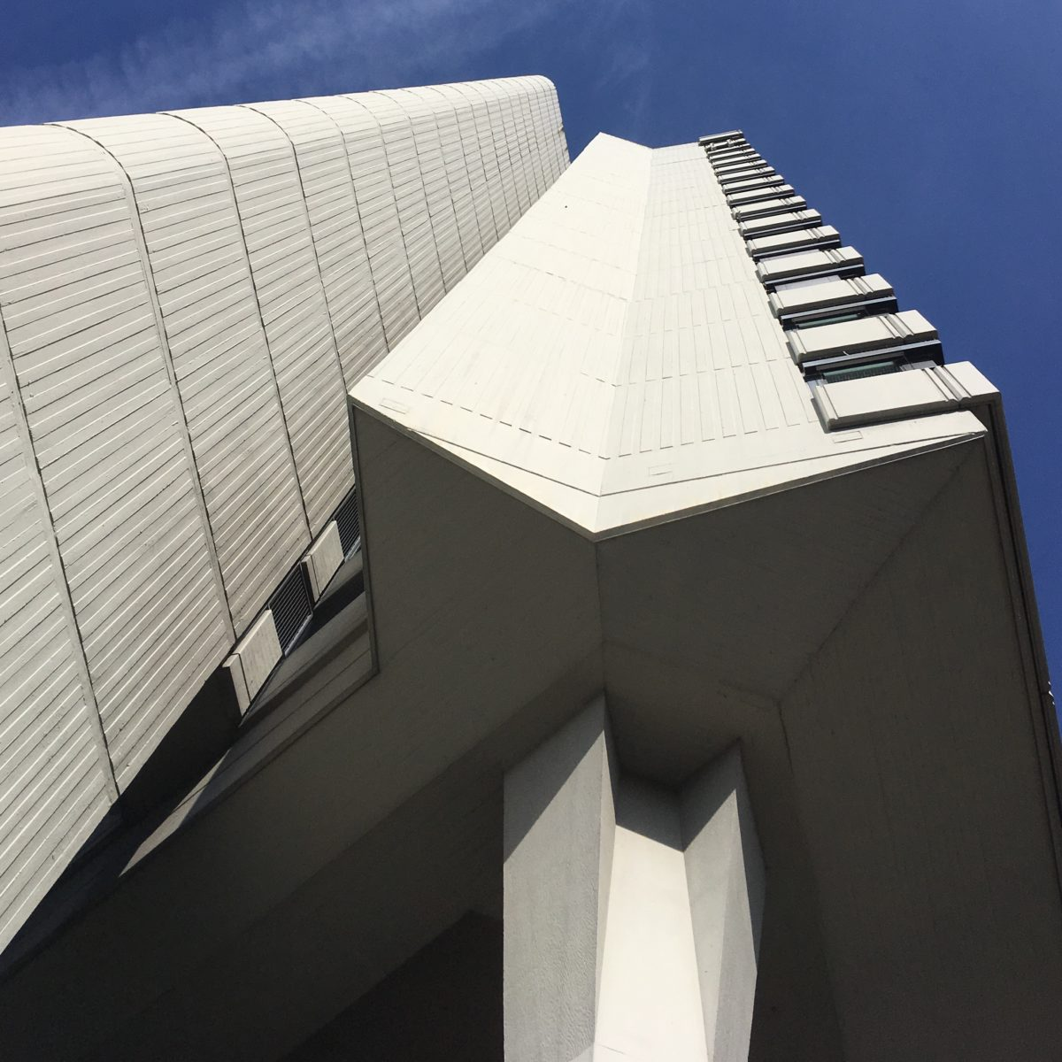 Rathaus Offenbach von unten gegen den Himmel fotografiert; gerade Linien und Flächen in Licht und Schatten