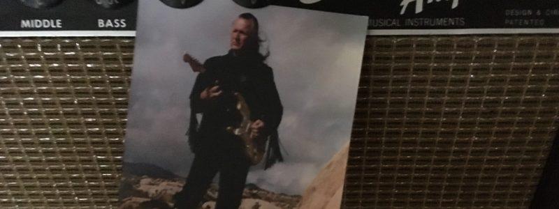 Dick Dale Autogramkarte ohne Autogram, an einem Fender Showman Amp