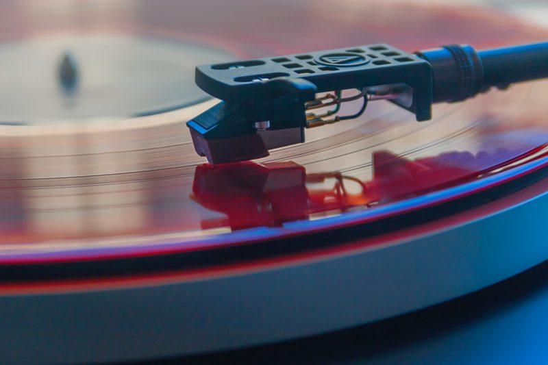 Tonarm auf Schallplatte, Foto: James Sutton, usplash