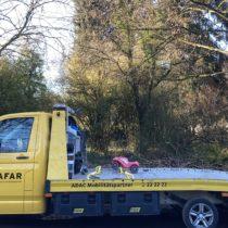 Ein Bobbycar auf einem ADAC-Abschleppwagen