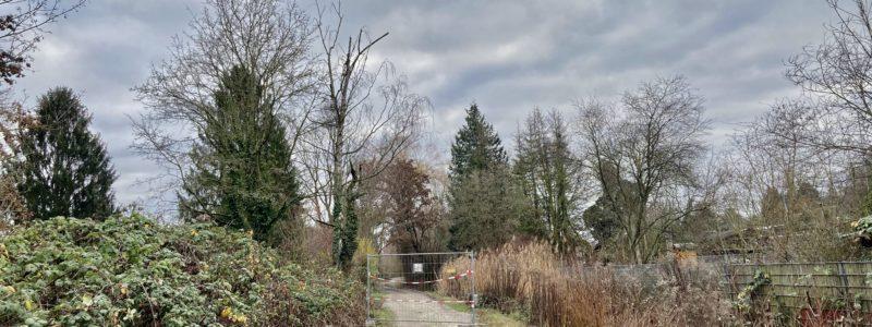 Baustellenzaun versperrt den Weg mitten im Gartengelände bei Seckbach