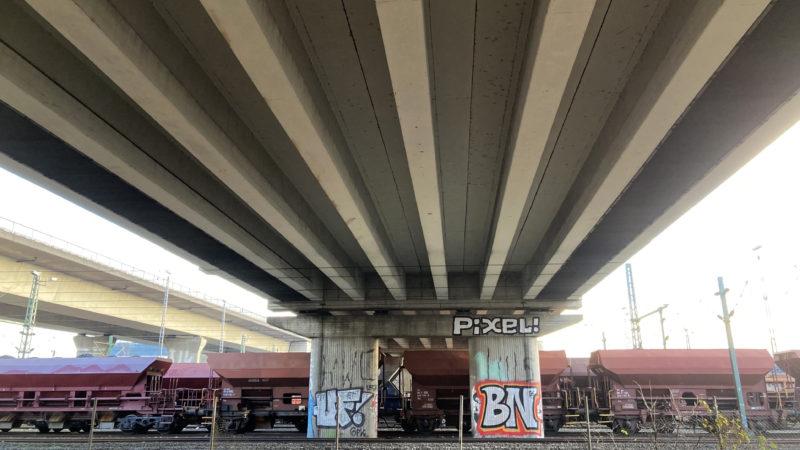 Graffiti Schriftzug Pixel! unter Autobahnbrücke