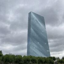 EZB Turm mit Wolkenspiegelungen